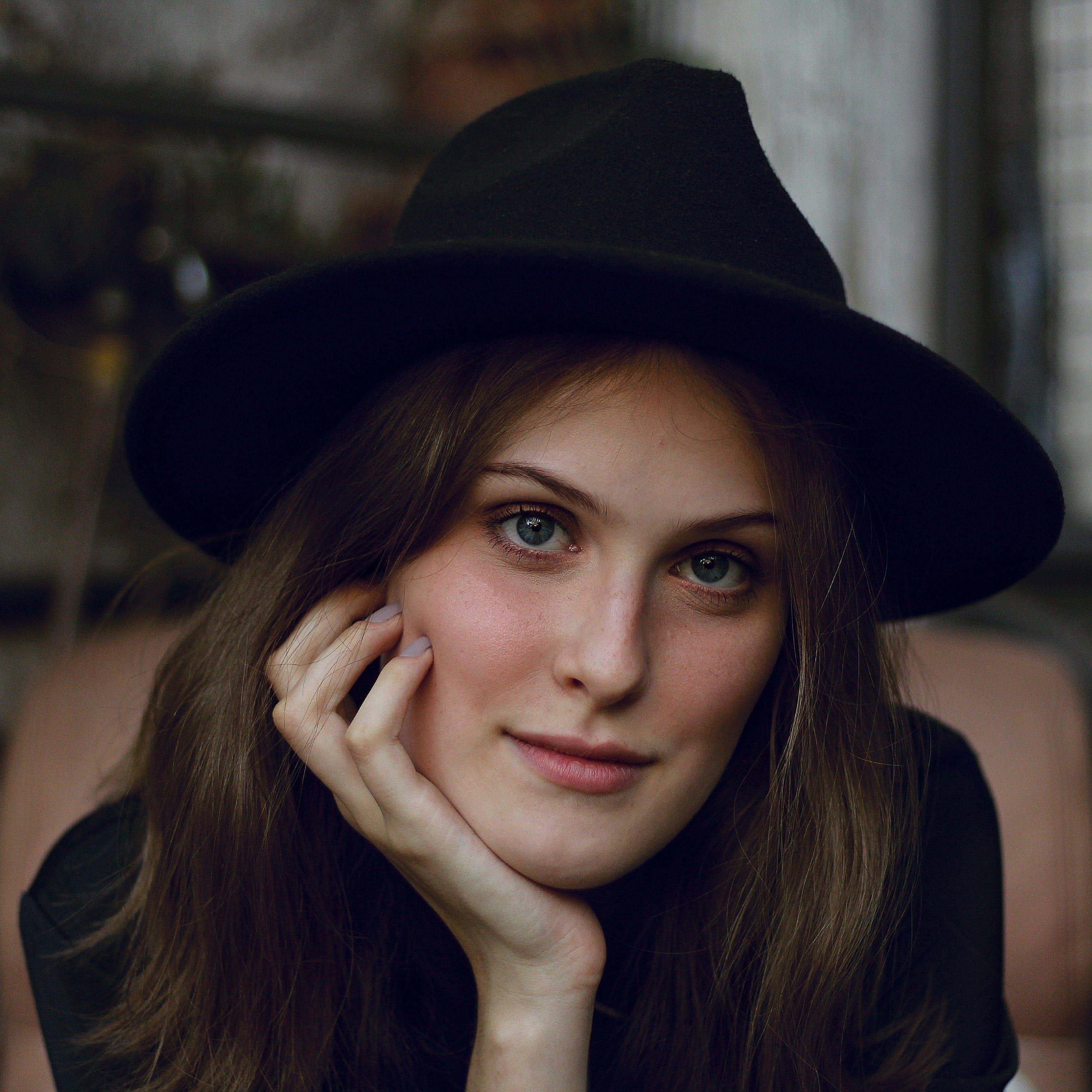 Základová fotografie zdarma na téma brunetka, dospělý, klobouk, krásná žena