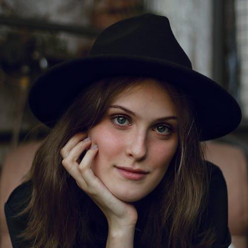 咖啡色頭髮的女人, 女人, 帽子, 成人 的 免費圖庫相片