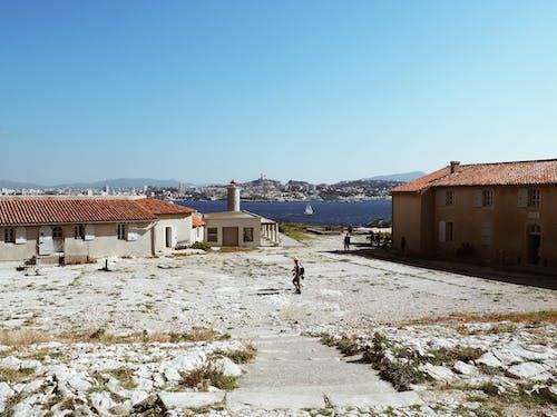 Foto d'estoc gratuïta de blau, cases, cel, clareja