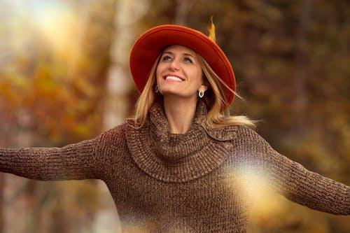Безкоштовне стокове фото на тему «жінка, капелюх, красива жінка, посмішка»