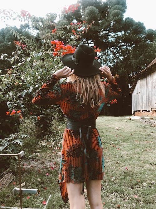 Безкоштовне стокове фото на тему «дерево, жінка, жінки, задній двір»