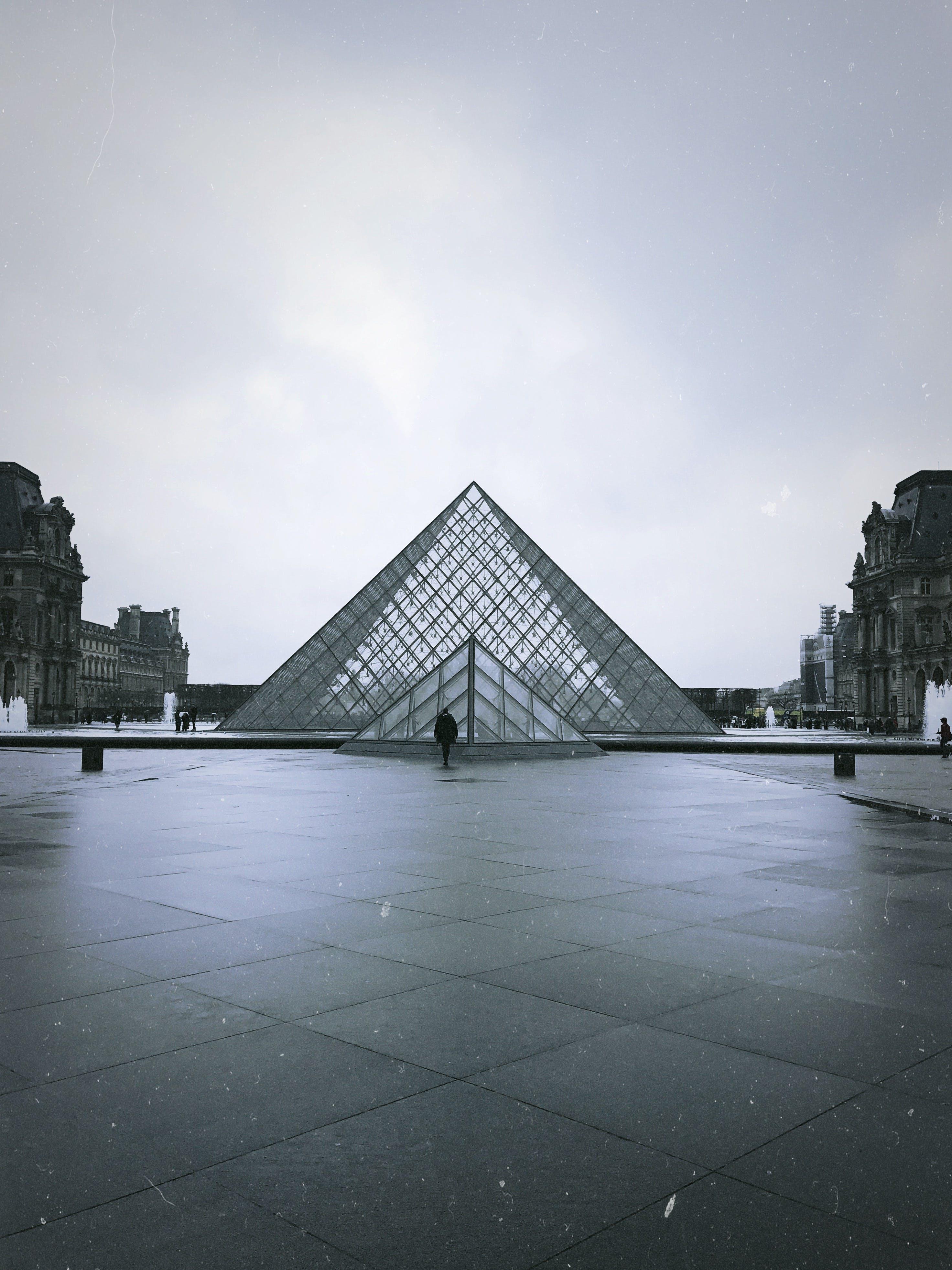 Darmowe zdjęcie z galerii z architektura, budynek, czarno-biały, fasada
