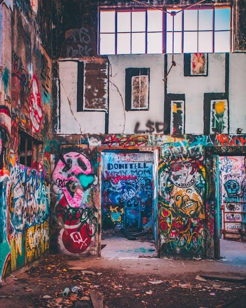 Foto Des Verlassenen Gebäudes Mit Graffiti