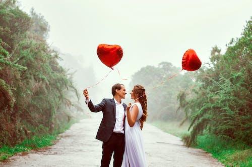 Δωρεάν στοκ φωτογραφιών με αγάπη, άνδρας, Άνθρωποι, γρασίδι