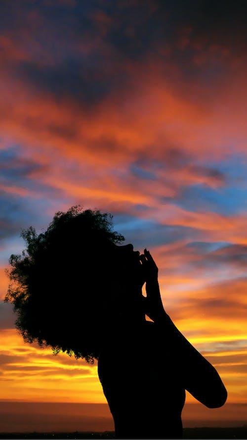 Afrikalı kadın, akşam Güneşi, portre içeren Ücretsiz stok fotoğraf
