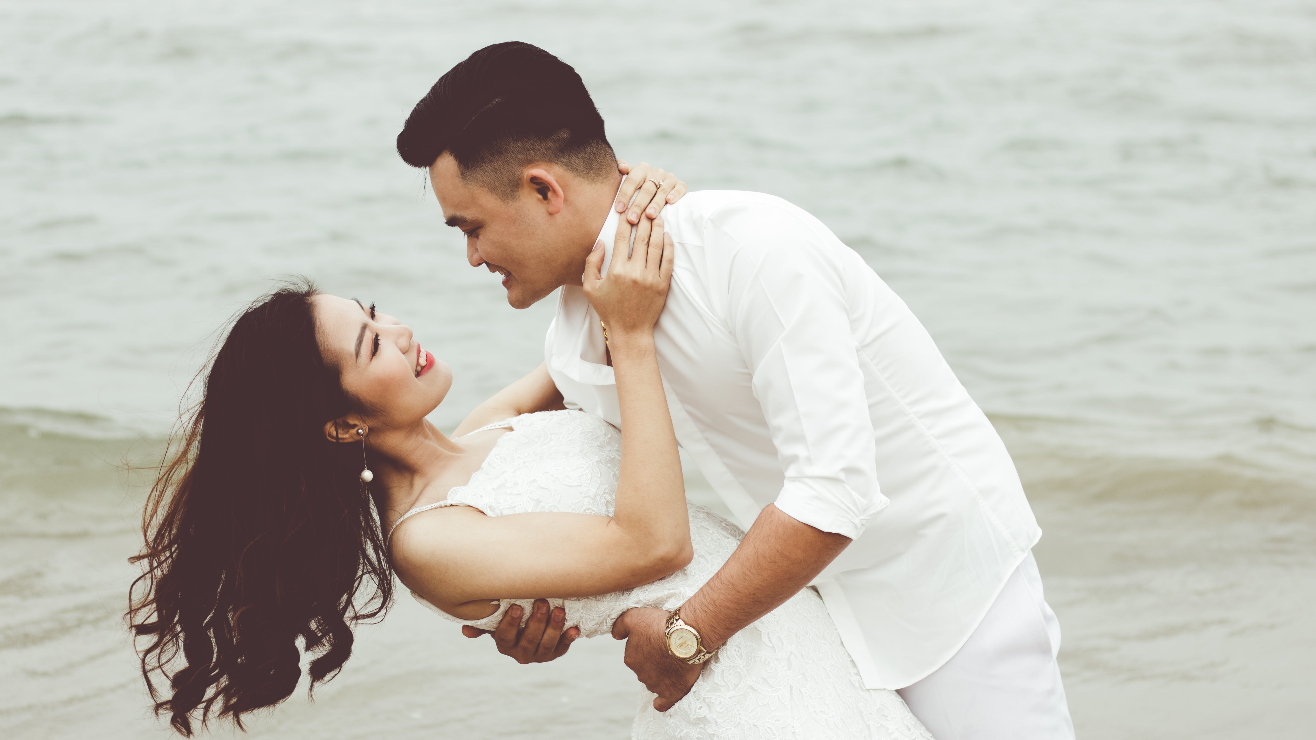 Gratis lagerfoto af asiatisk par, bølger, dagslys, folk