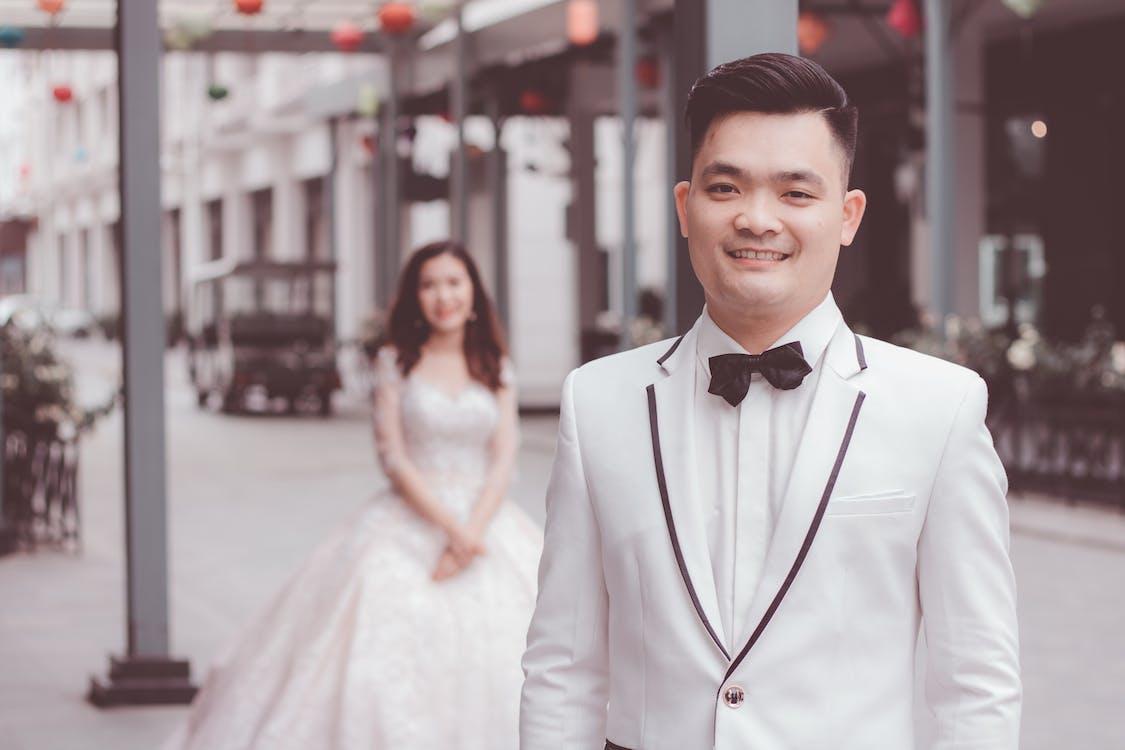 ansiktsuttryck, asiatiskt par, bröllopsklänning