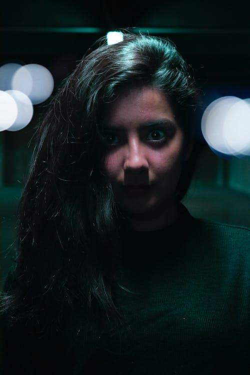 可愛, 地铁站, 女孩, 棕色眼睛 的 免费素材照片