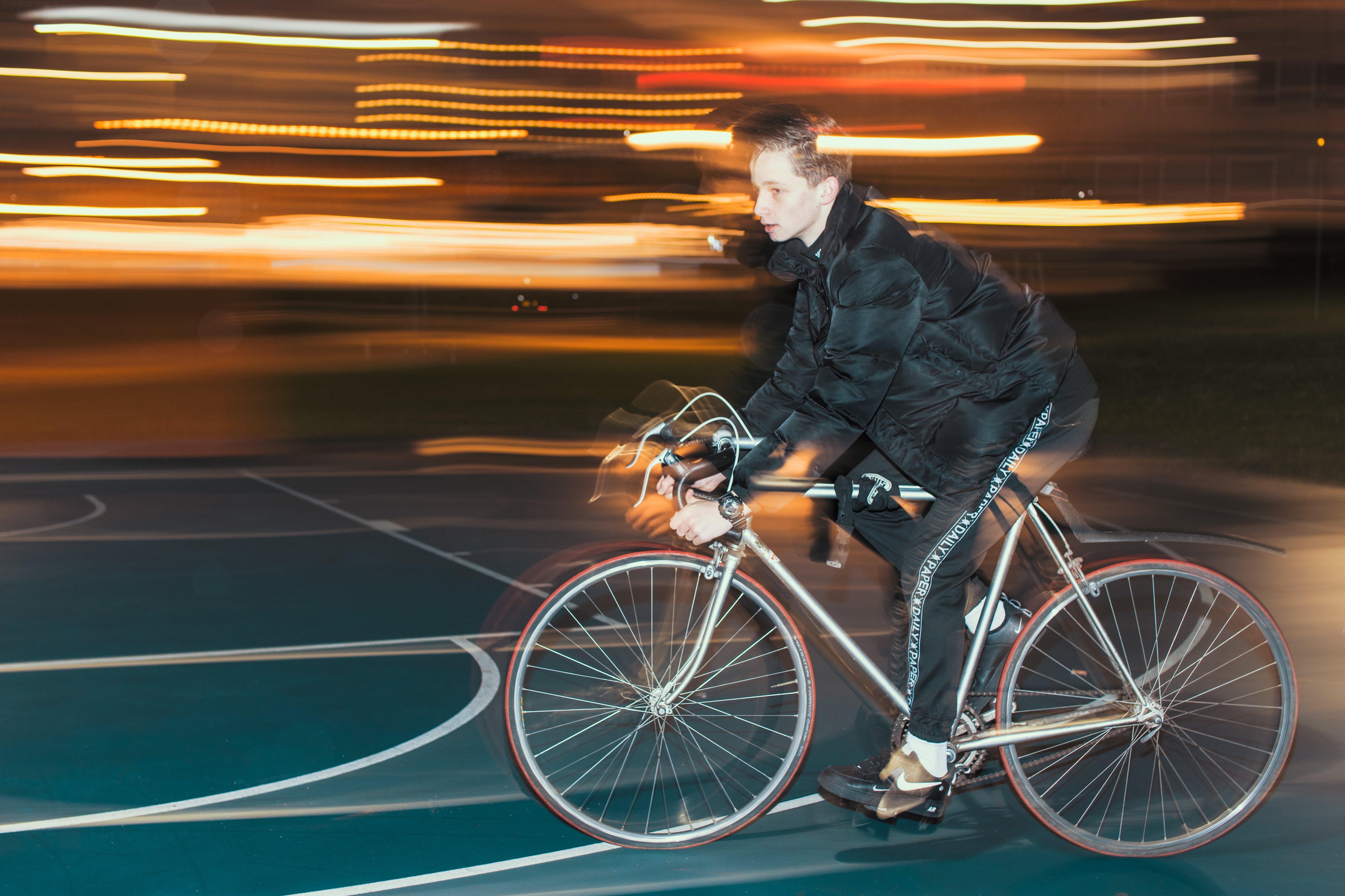 Kostenloses Stock Foto zu fahrrad, nachtleben, person, rennen