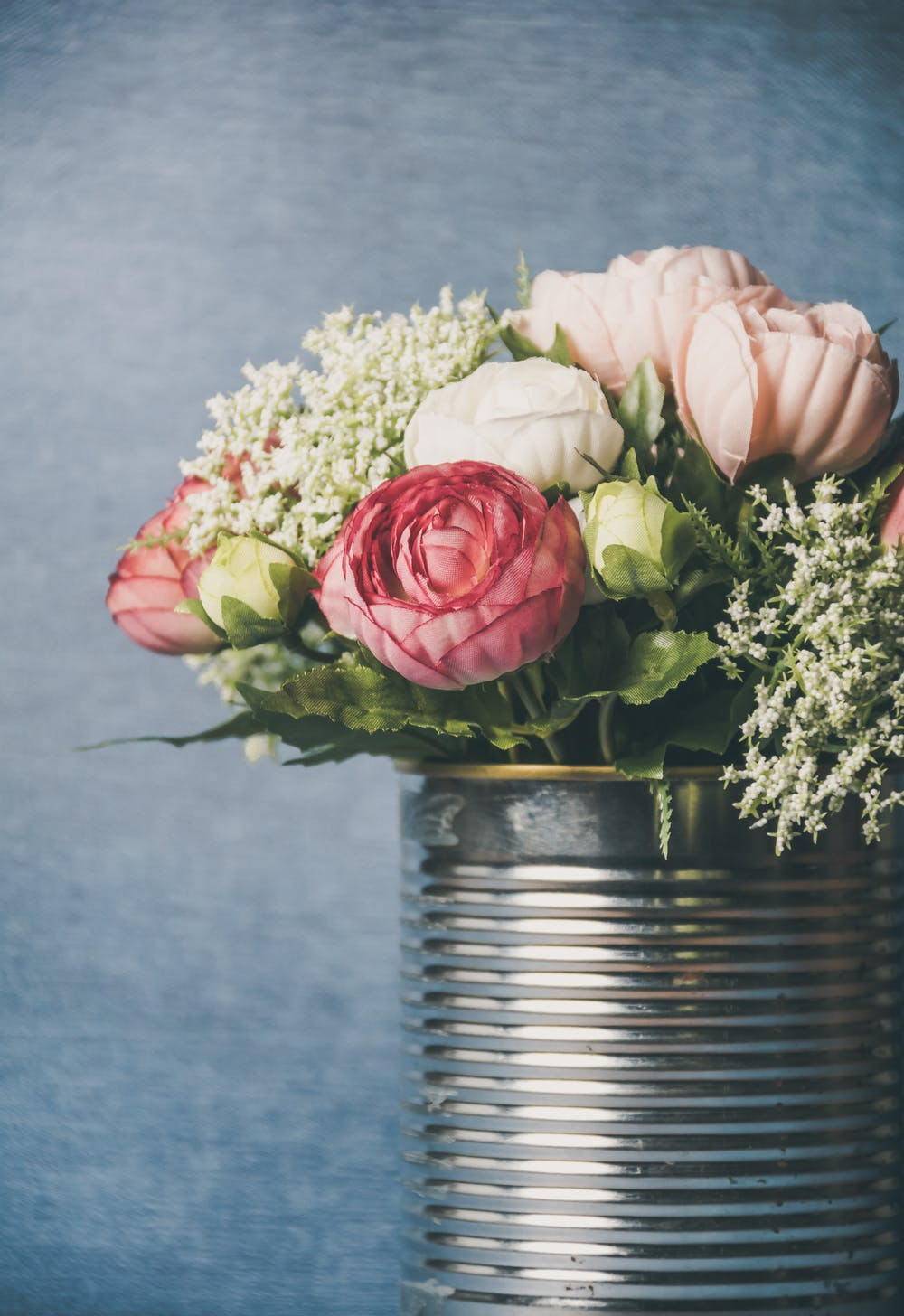 Flowers in the can | Photo: Pexels