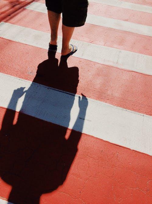 Foto stok gratis bayangan, celana pendek, di luar rumah, garis-garis