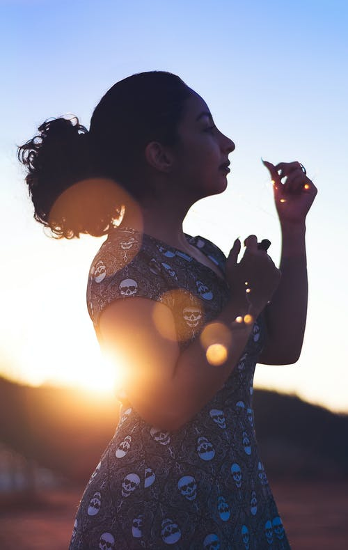 Kostnadsfri bild av bakgrundsbelyst, gryning, klänning, kvinna