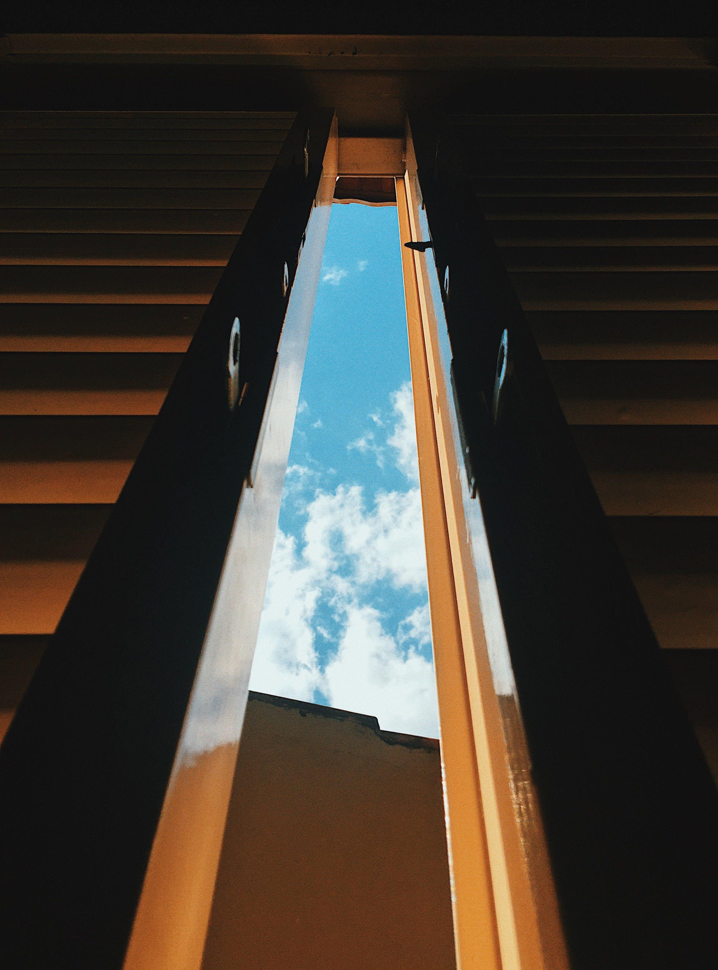 คลังภาพถ่ายฟรี ของ กลางวัน, ท้องฟ้า, ประตู, ภาพถ่ายมุมต่ำ