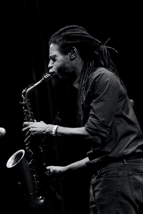 Monochrome Foto Van Man Saxofoon Spelen