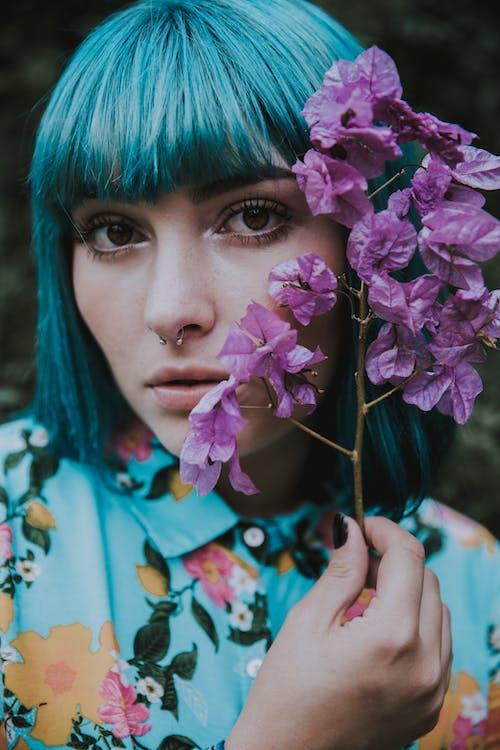 Základová fotografie zdarma na téma atraktivní, dáma, dívání, flóra