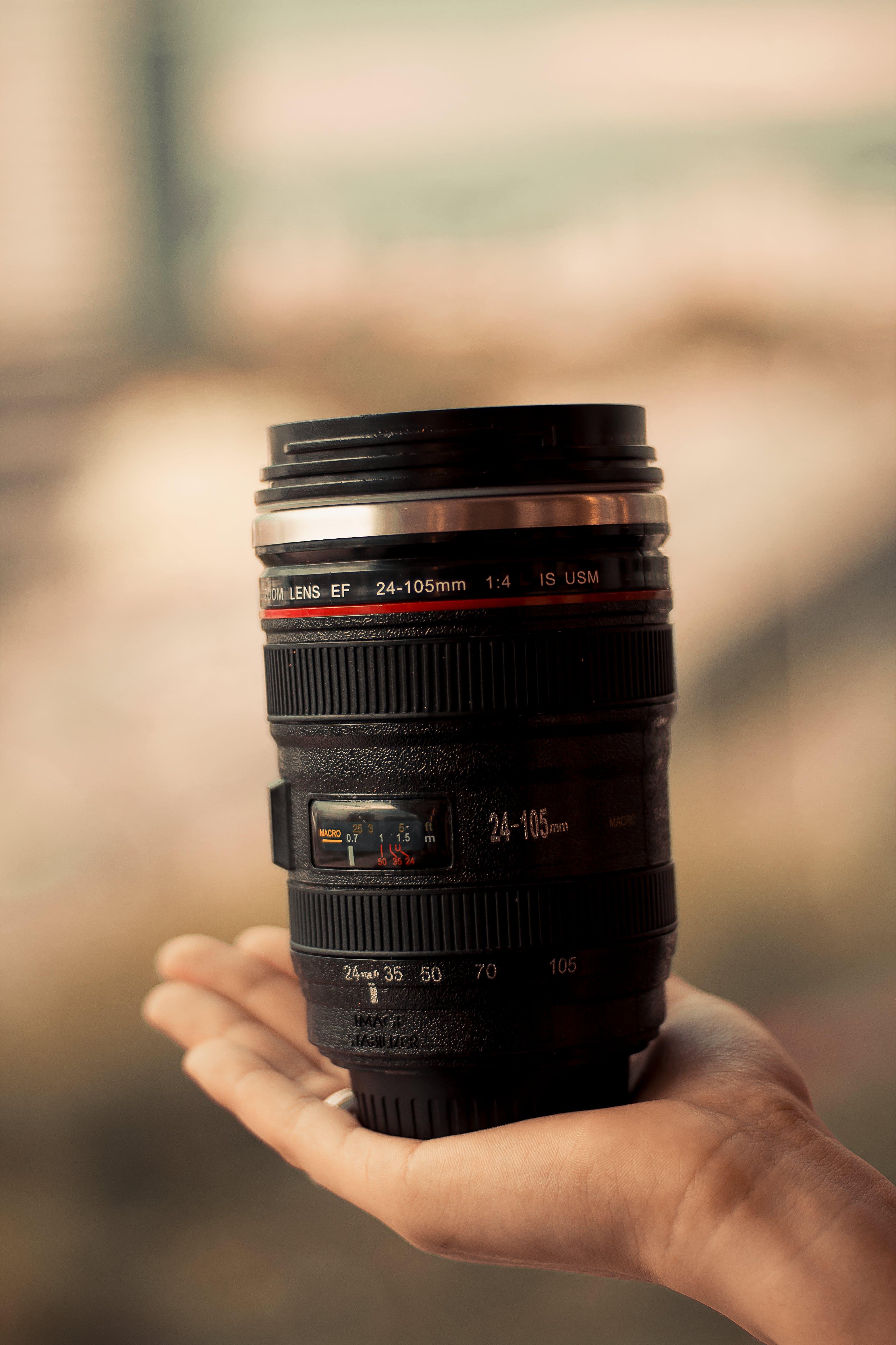 Kostenloses Stock Foto zu ausrüstung, fokus, hand, kameraausrüstung