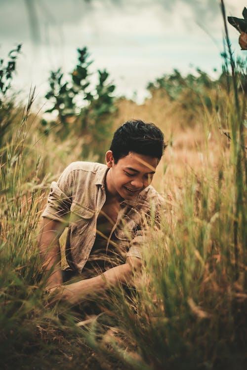 Imagine de stoc gratuită din adâncime de câmp, agrement, așezat, bărbat