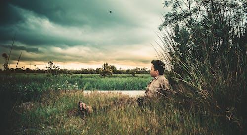 Imagine de stoc gratuită din atmosferă sumbră, bărbat chipeș, cer înnorat, noros