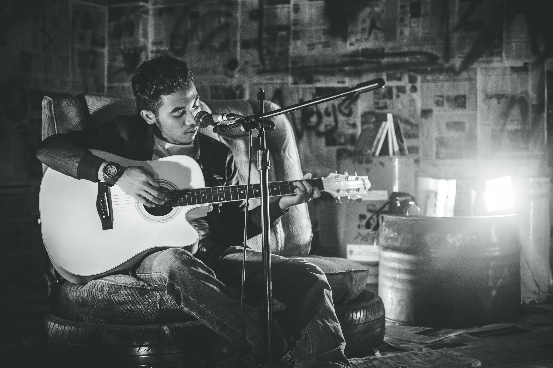 Kostenloses Stock Foto zu asiatischer mann, mann, musik studio, schwarz und weiß