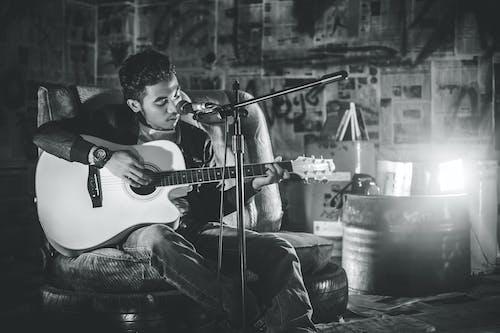 Imagine de stoc gratuită din alb-negru, bărbat asiatic, om, studio de muzică