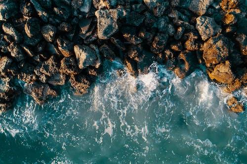 Безкоштовне стокове фото на тему «берег моря, відпустка, вода, каміння»