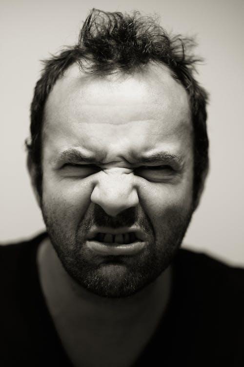 남자, 블랙 앤 화이트, 찡그린 얼굴, 초상화의 무료 스톡 사진