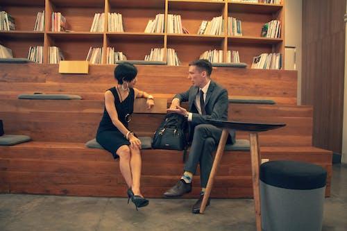 Бесплатное стоковое фото с meetup, женщина, мужчина, общаться