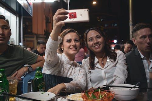 Бесплатное стоковое фото с девочка, друг, пивная вечеринка, сайгон