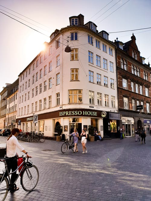 bina, bina cephesi, bisikletler, cam pencereler içeren Ücretsiz stok fotoğraf