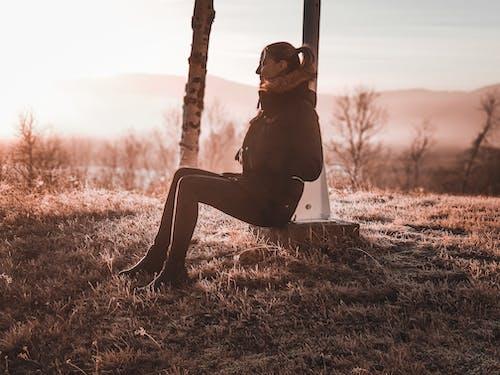 검은 색 바지, 겨울 자켓, 레저, 미소의 무료 스톡 사진