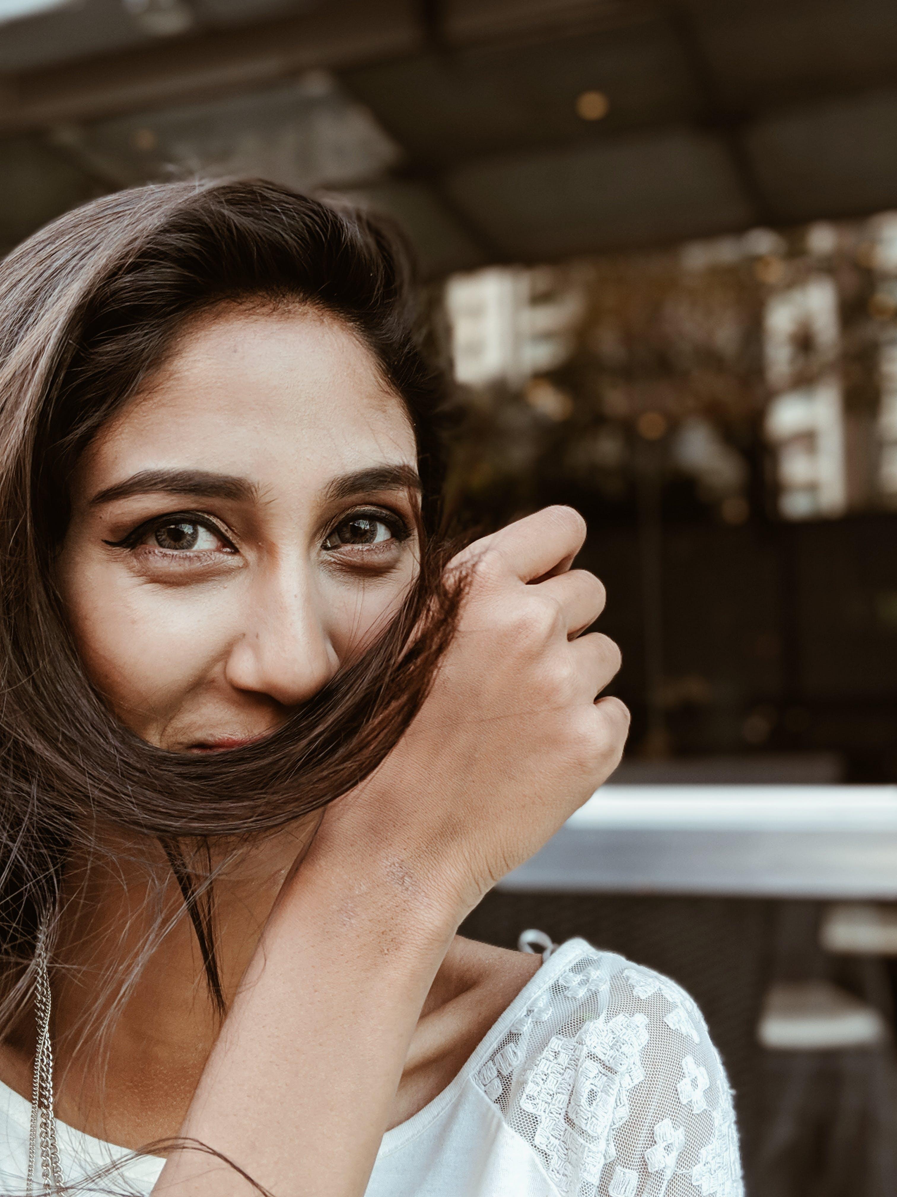 Gratis lagerfoto af brunette, close-up, genert, hår