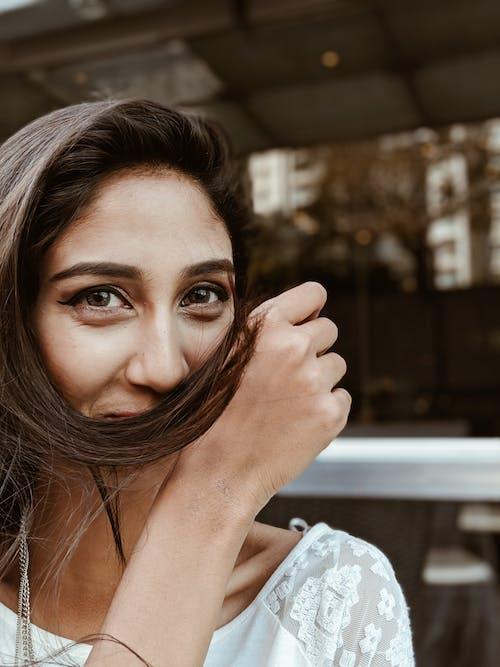 Ilmainen kuvapankkikuva tunnisteilla arka, brunette, hiukset, hymyily