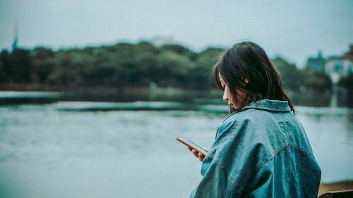 Δωρεάν στοκ φωτογραφιών με smartphone, άνθρωπος, βάθος πεδίου, γυναίκα