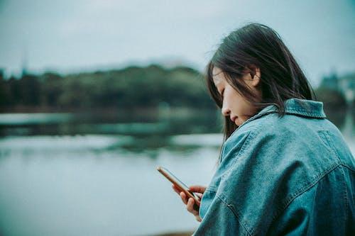 Δωρεάν στοκ φωτογραφιών με smartphone, άνθρωπος, βάθος πεδίου, γκρο πλαν