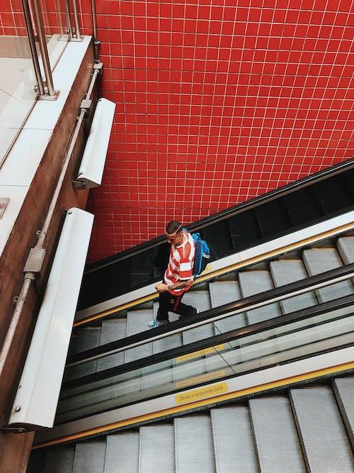 Foto profissional grátis de andando, escada rolante, estilo urbano, homem