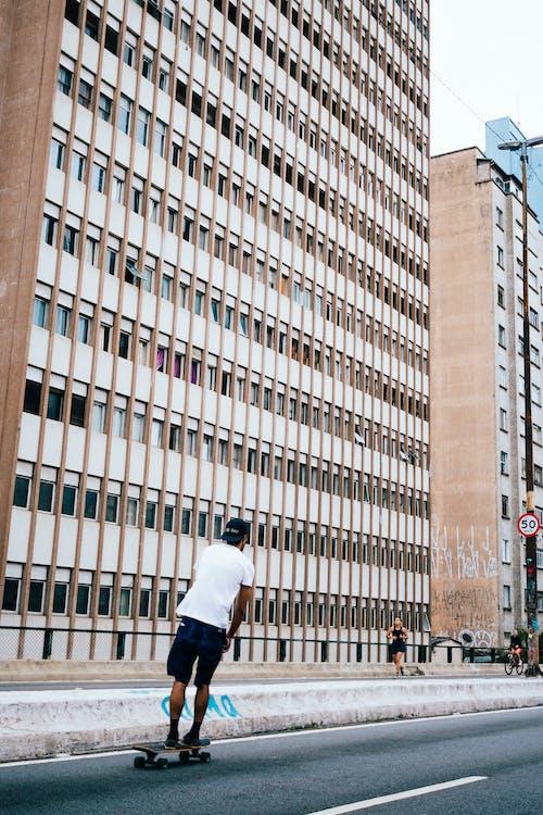 Immagine gratuita di centro città, città, edificio, fare skateboard