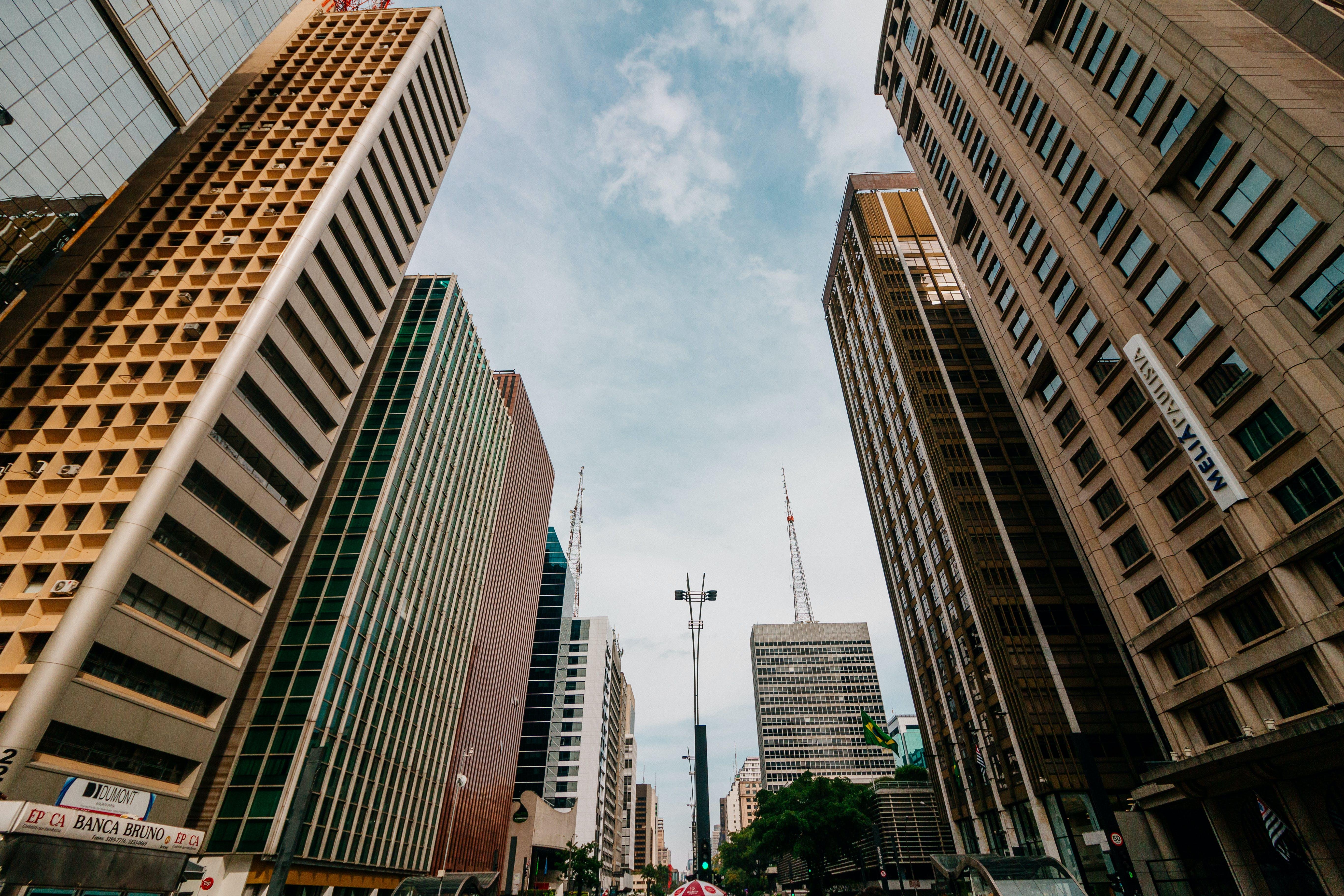 Imagine de stoc gratuită din arhitectură, centrul orașului, clădiri, fotografie cu unghi mic