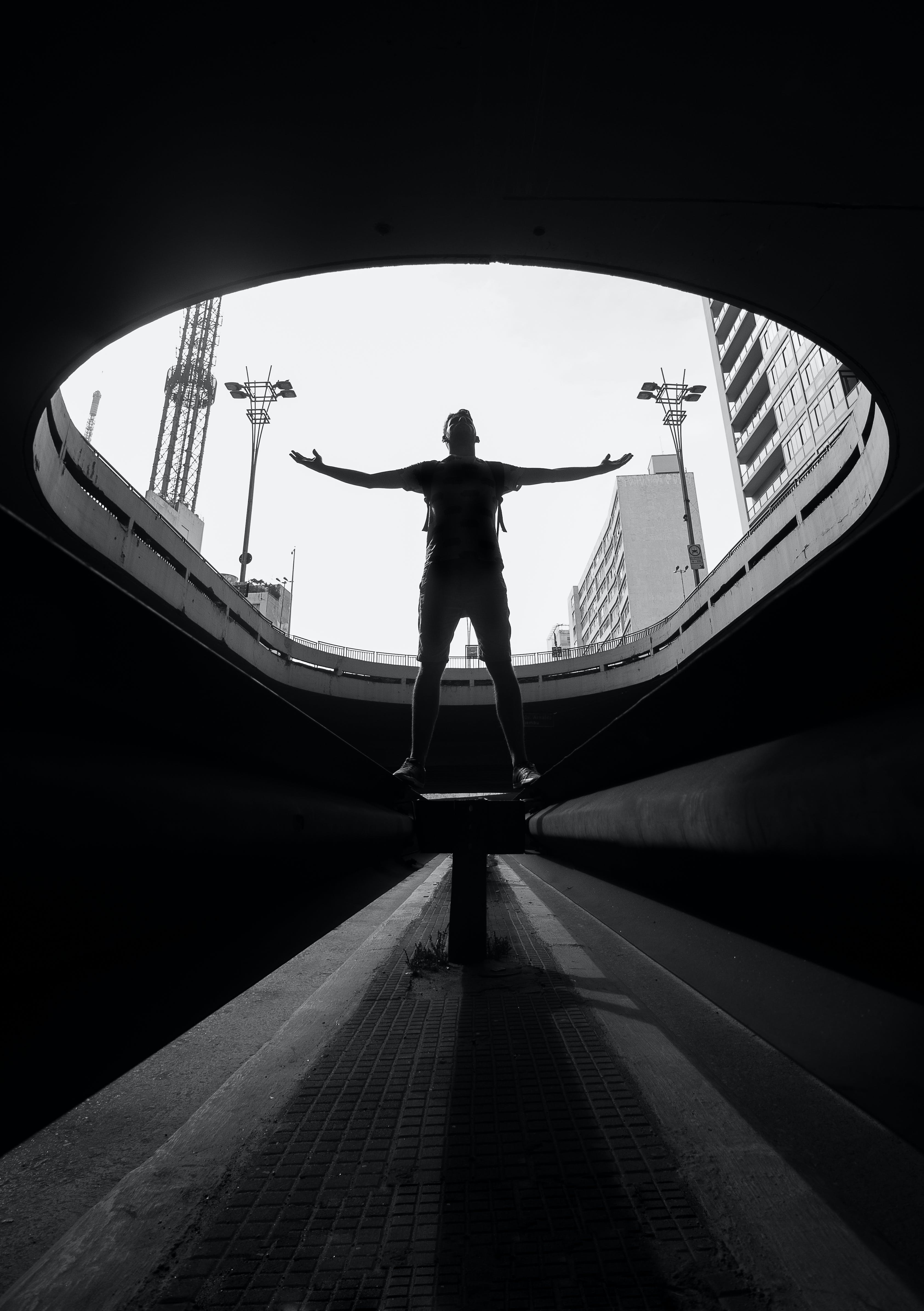Δωρεάν στοκ φωτογραφιών με άνδρας, άνθρωπος, ανοιχτή αγκαλιά, αρχιτεκτονική