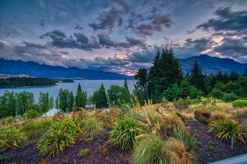 ağaçlar, bulutlar, dağlar, gün batımı içeren Ücretsiz stok fotoğraf
