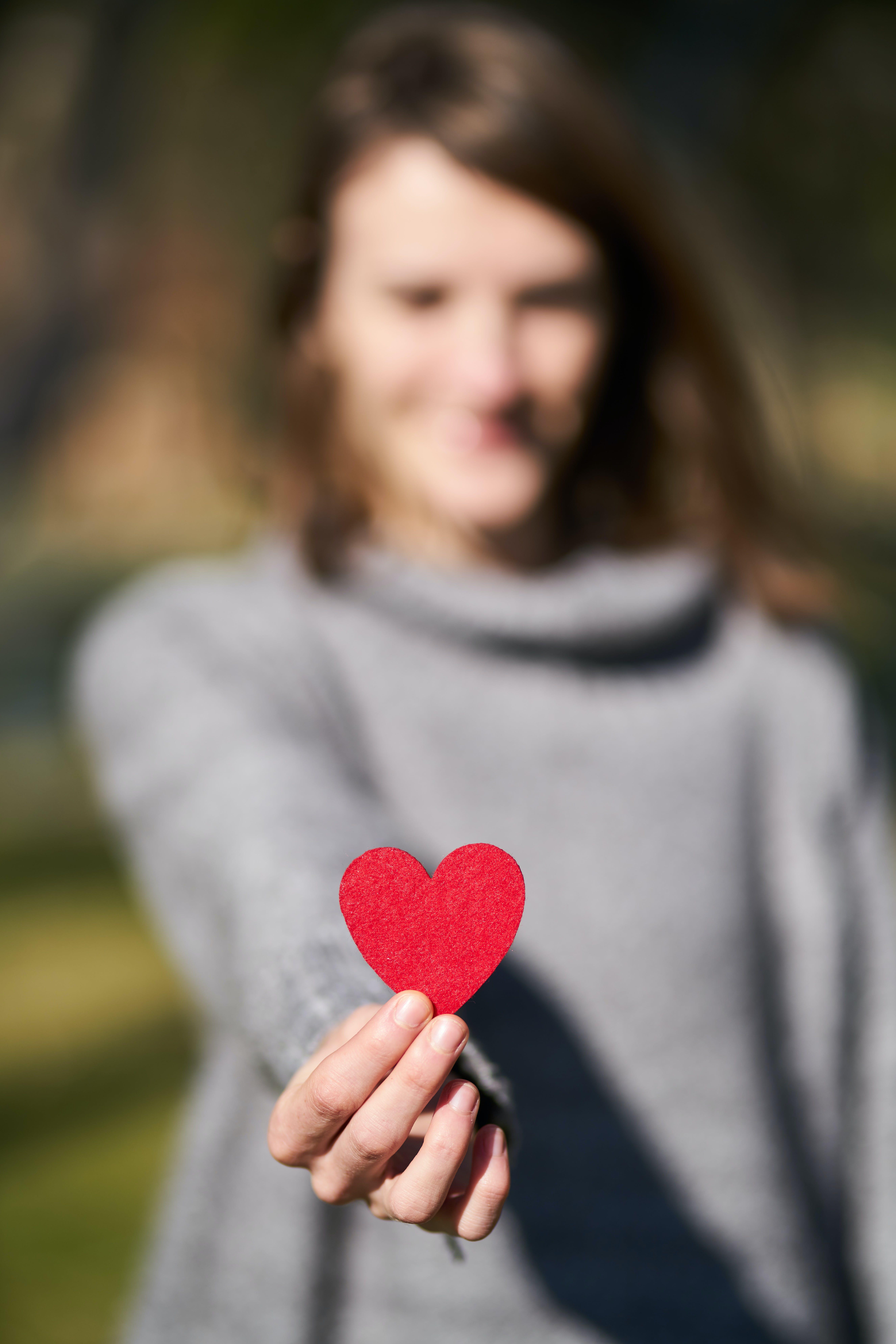 Безкоштовне стокове фото на тему «жінка, макрофотографія, персона, серце»