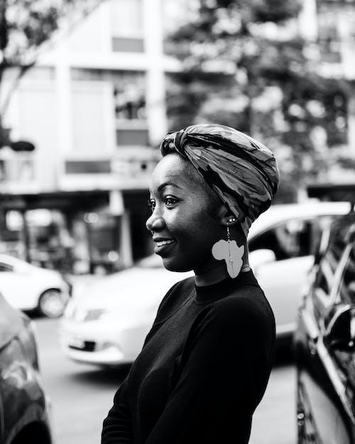 Ảnh đơn Sắc Về Người Phụ Nữ đang Mỉm Cười đeo Bông Tai