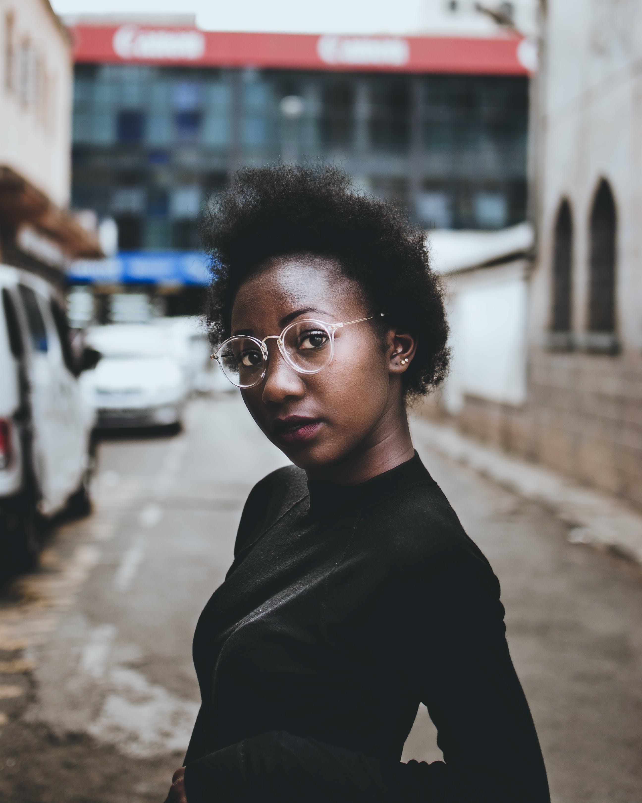 Gratis lagerfoto af ansigtsudtryk, attraktiv, briller, by