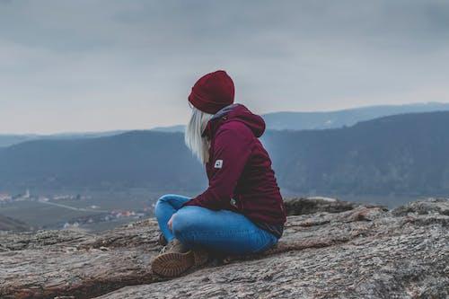 Základová fotografie zdarma na téma hora, osoba, sezení, sólo
