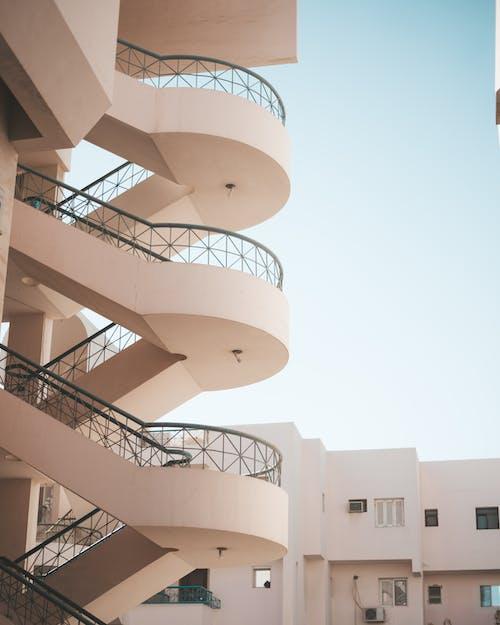 Gratis stockfoto met architectuur, trap, trappenhuis