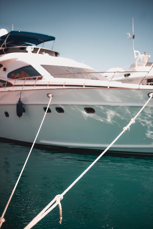 Foto d'estoc gratuïta de aigua, atracat, barca, cordes