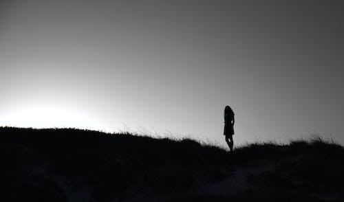 Darmowe zdjęcie z galerii z czarno-biały, dziewczyna, gradient, kobieta
