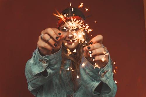 Бесплатное стоковое фото с бенгальский огонь, женщина, искры, руки