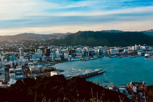 Fotobanka sbezplatnými fotkami na tému mesto, modrá voda, panoráma mesta, prístav