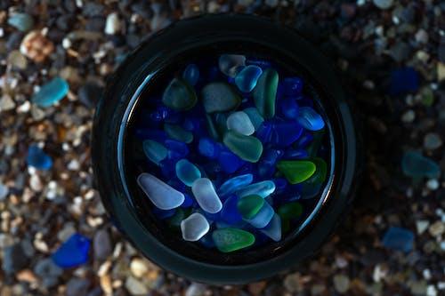Darmowe zdjęcie z galerii z niebieski, plaża, szklanka, szkło plażowe