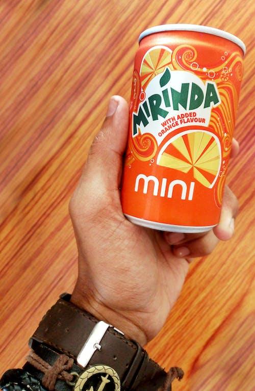 Gratis stockfoto met blauwig, fles, hand, jus d'orange